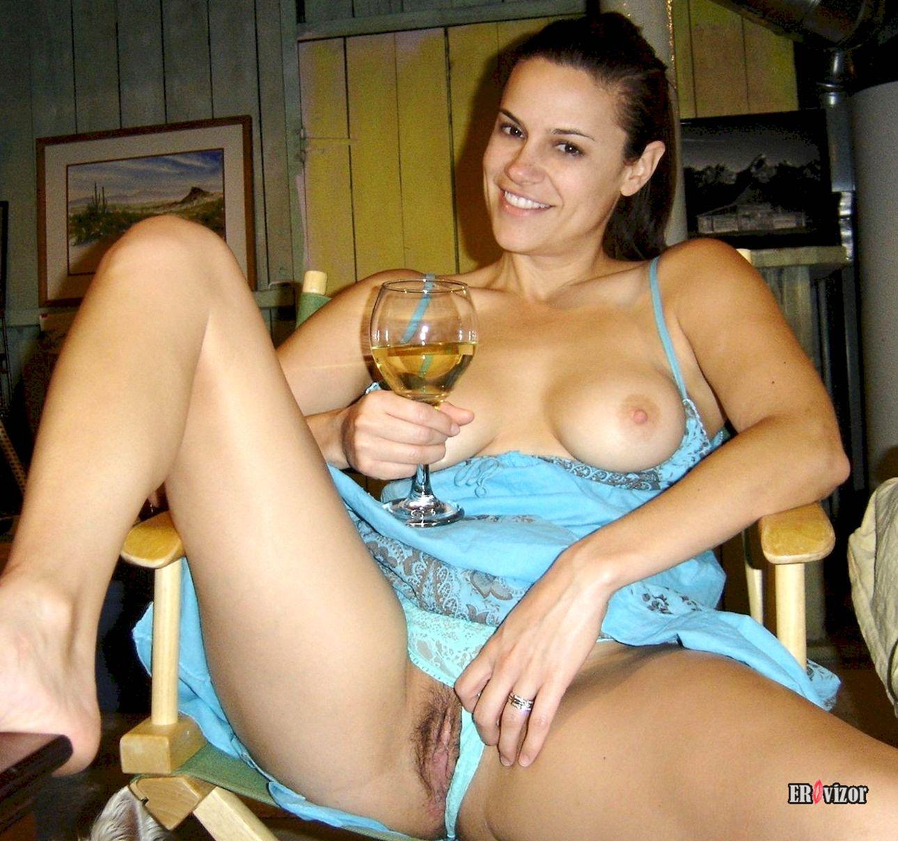 Пьяная жена раздвинула ноги и показала пизду