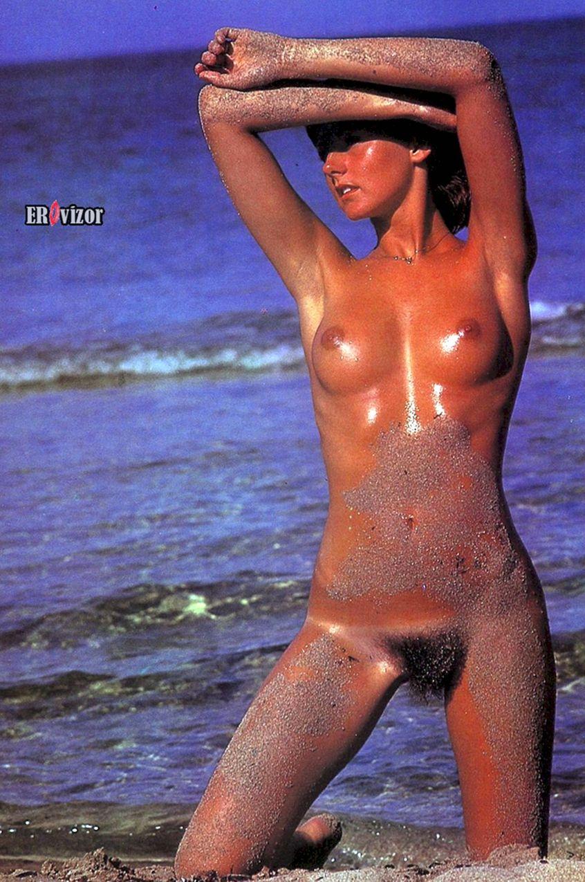 голая в песке