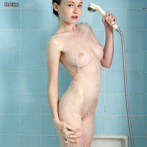 Эмили Блум голая под душем