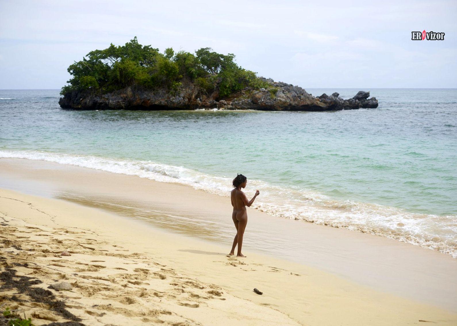 Голая негритянка с большой грудью на пляже