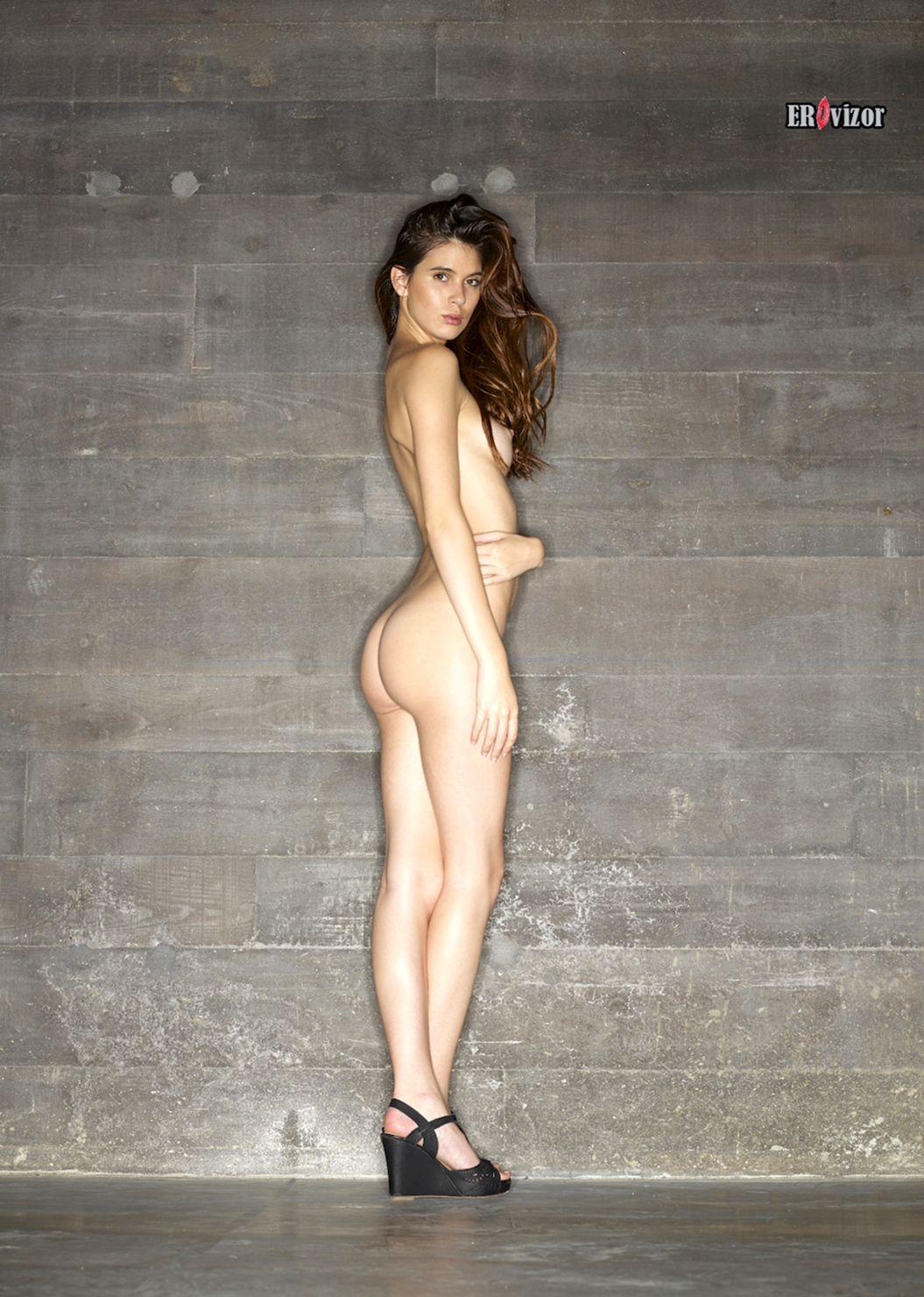 стройная голая девушки в полный рост сбоку