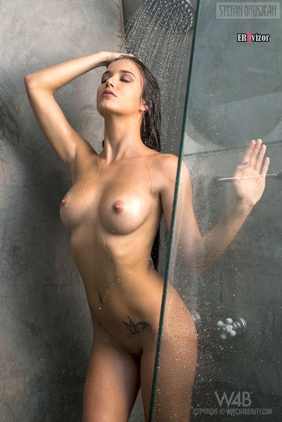 фото нагой девицы в душевой кабинке