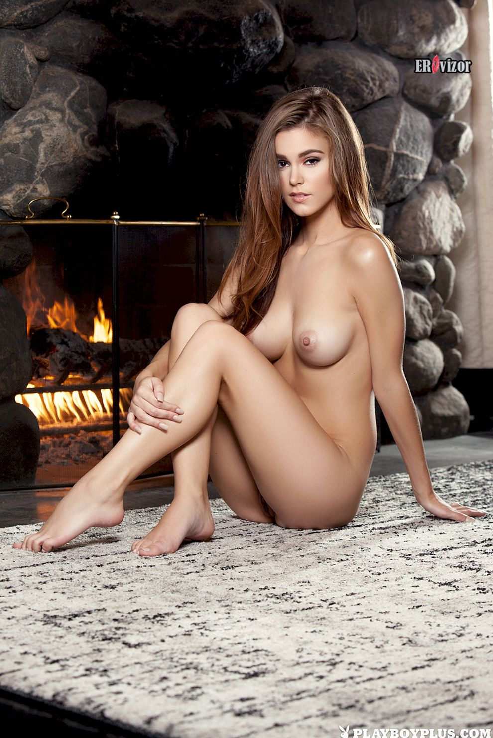 сексуальная голая модель сидя у камина