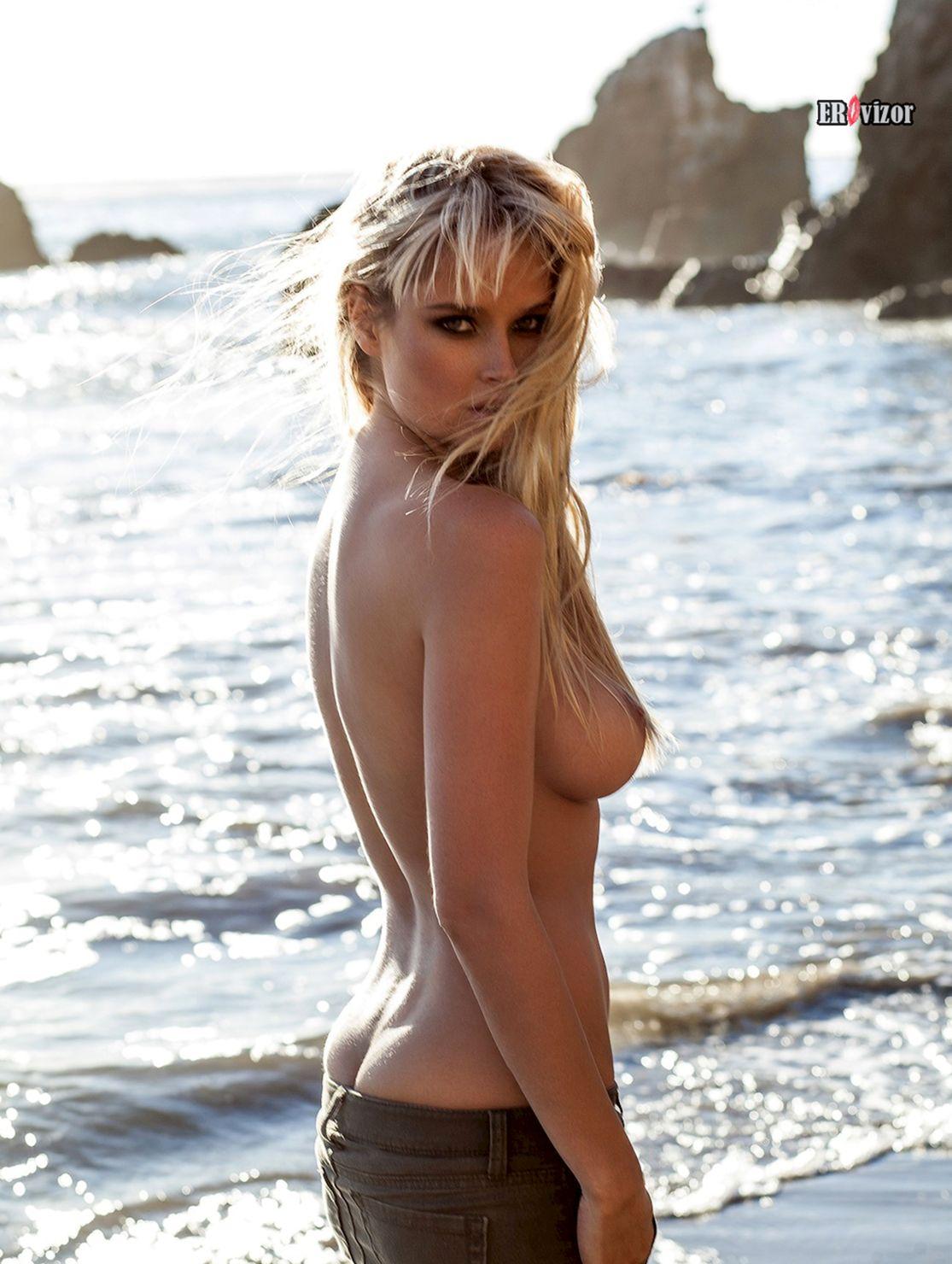 блондинка голенькая на море