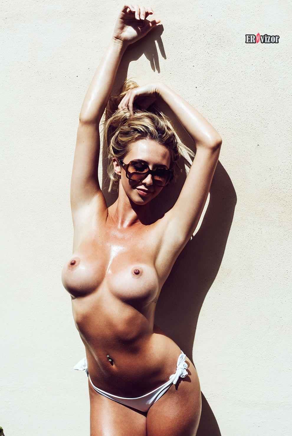 Фото эротика сексуальной девушки у стены
