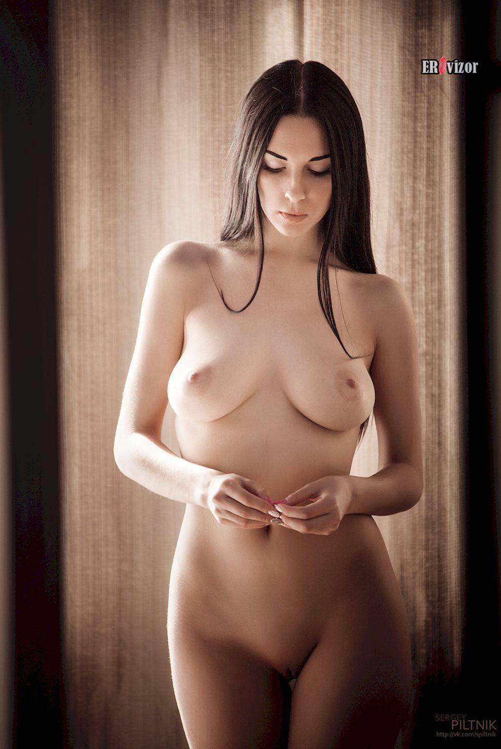 голая стройная девушка
