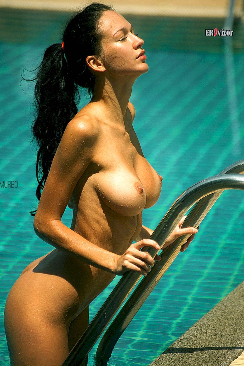 грудастая в бассейне