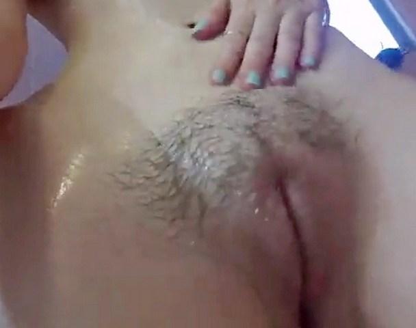 Секси девчонка трет пизду и трогает сиськи в душевой