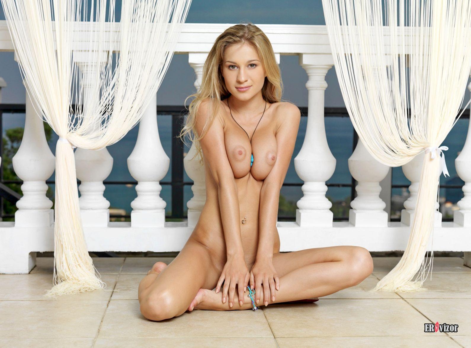 Candice B голая лежа на полу