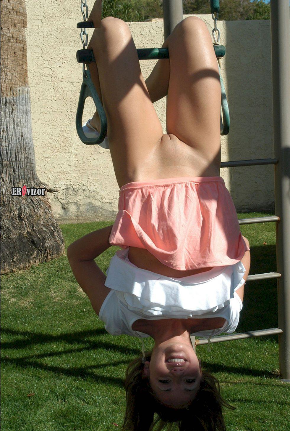 девчонка висит вверх головой без нижнего белья