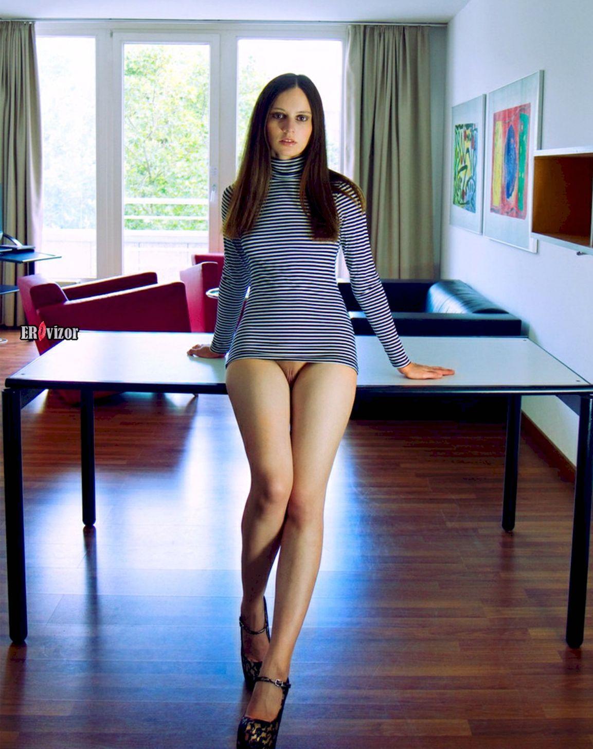 стройная фигура девушки без трусиков