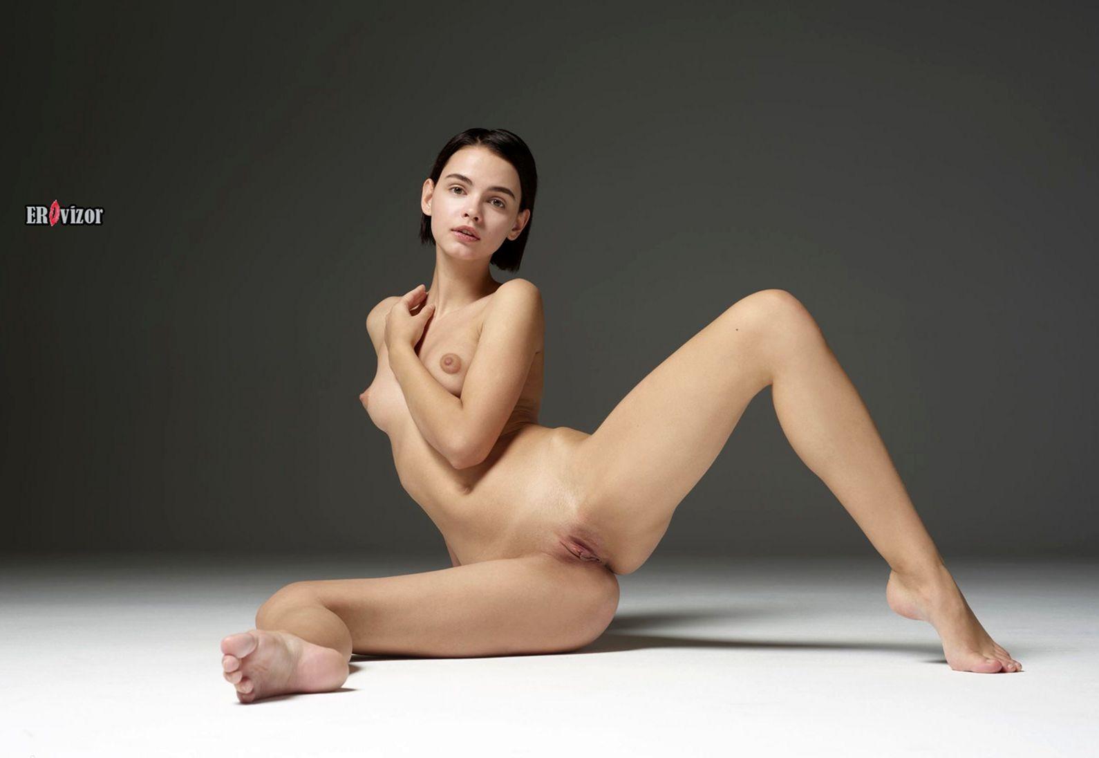 Стройная брюнетка с каре голая в студии