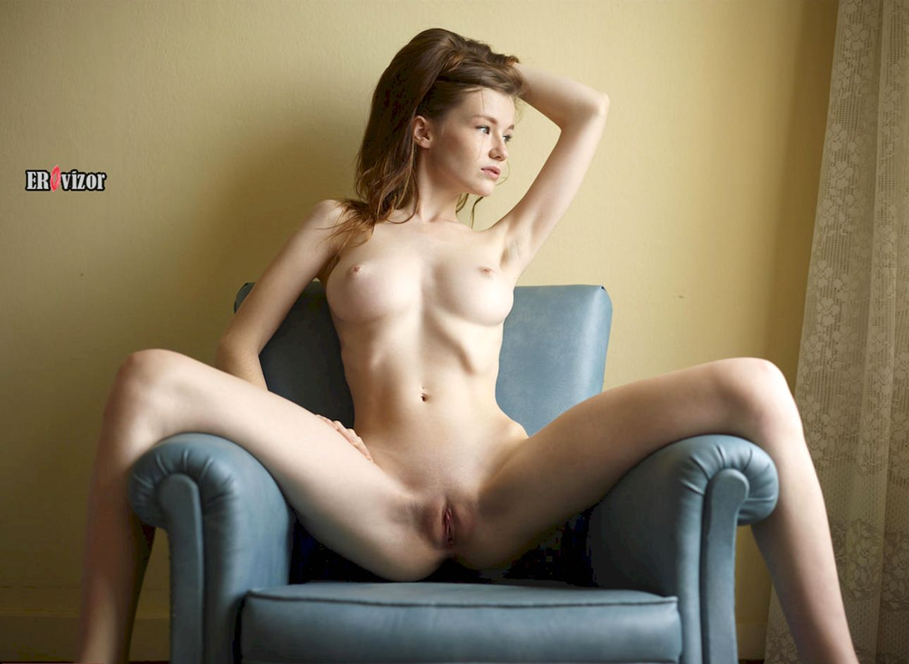 голая Emily Bloom широко раздвинула ноги на кресле