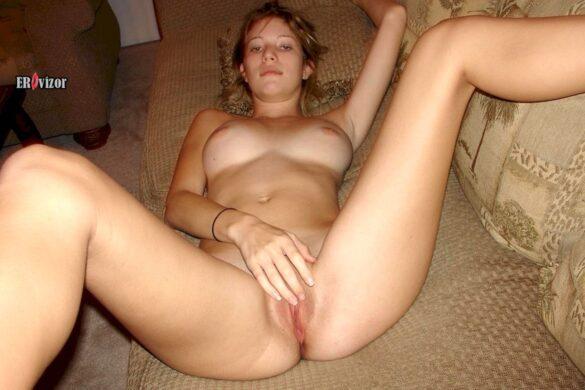 Домашние фото голой блондинки на диване