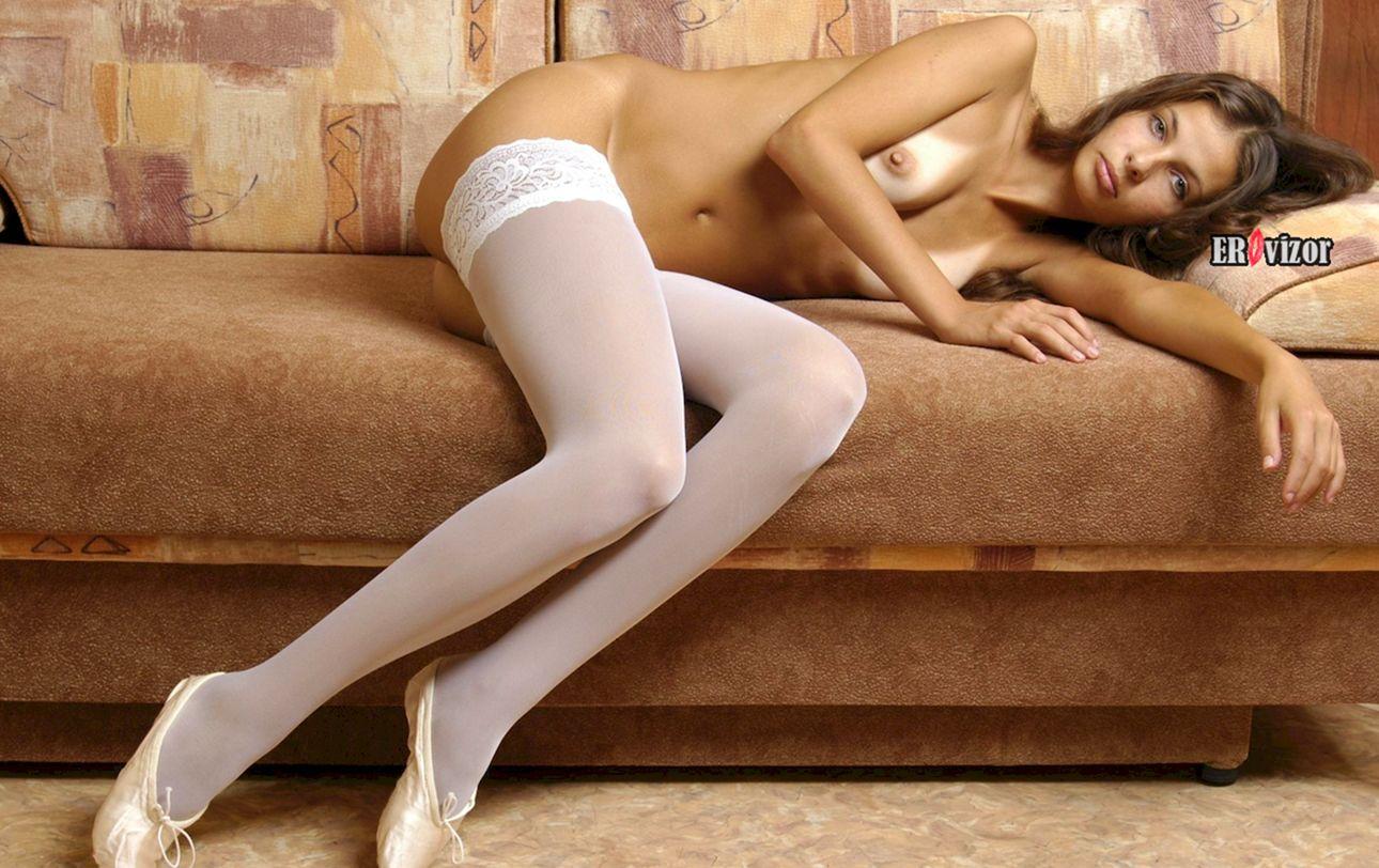 Худая голая телка с интимной стрижкой в белых чулках