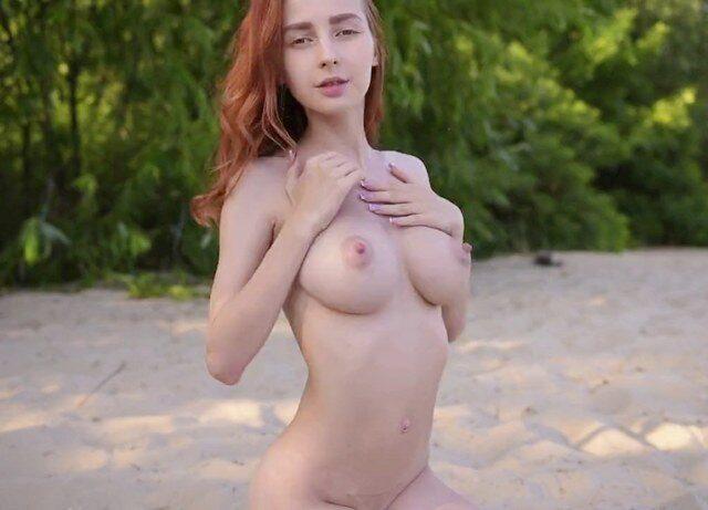 Худая голая девушка с большими сиськами на пляже