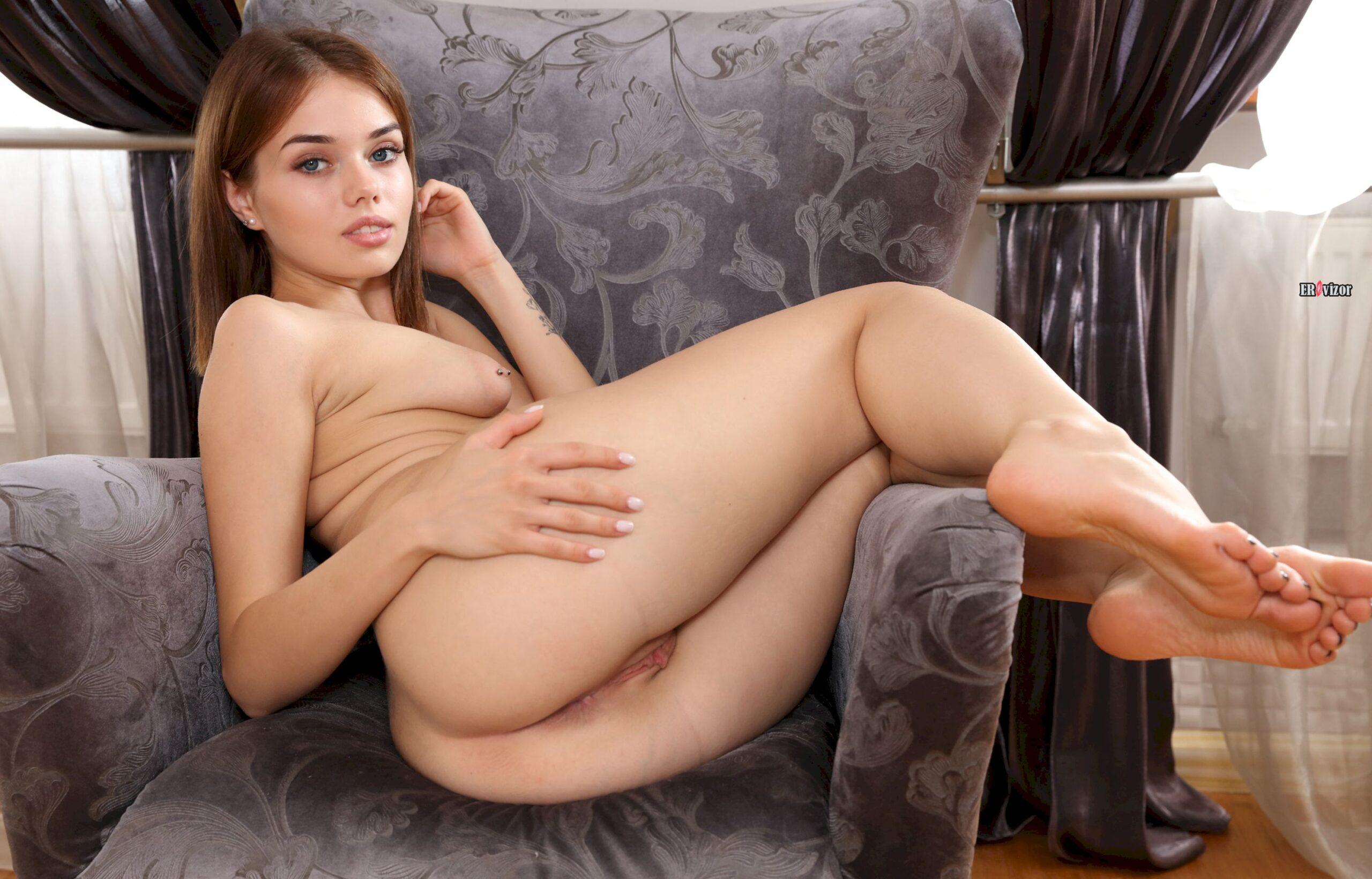 обнаженная модель Keira Blue на кресле