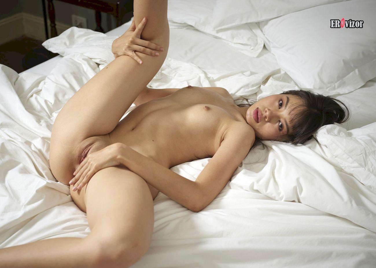 голенькая азиатка в постели