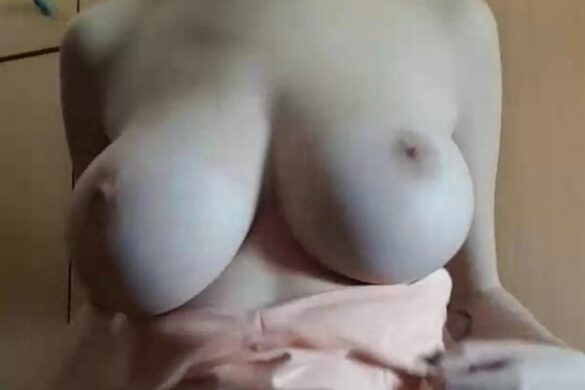 Стройная девчонка с круглыми сиськами разделась
