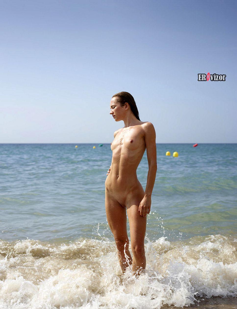 relax_sea_golaja_devka (1)