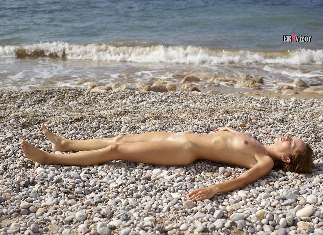 голая девка на берегу моря