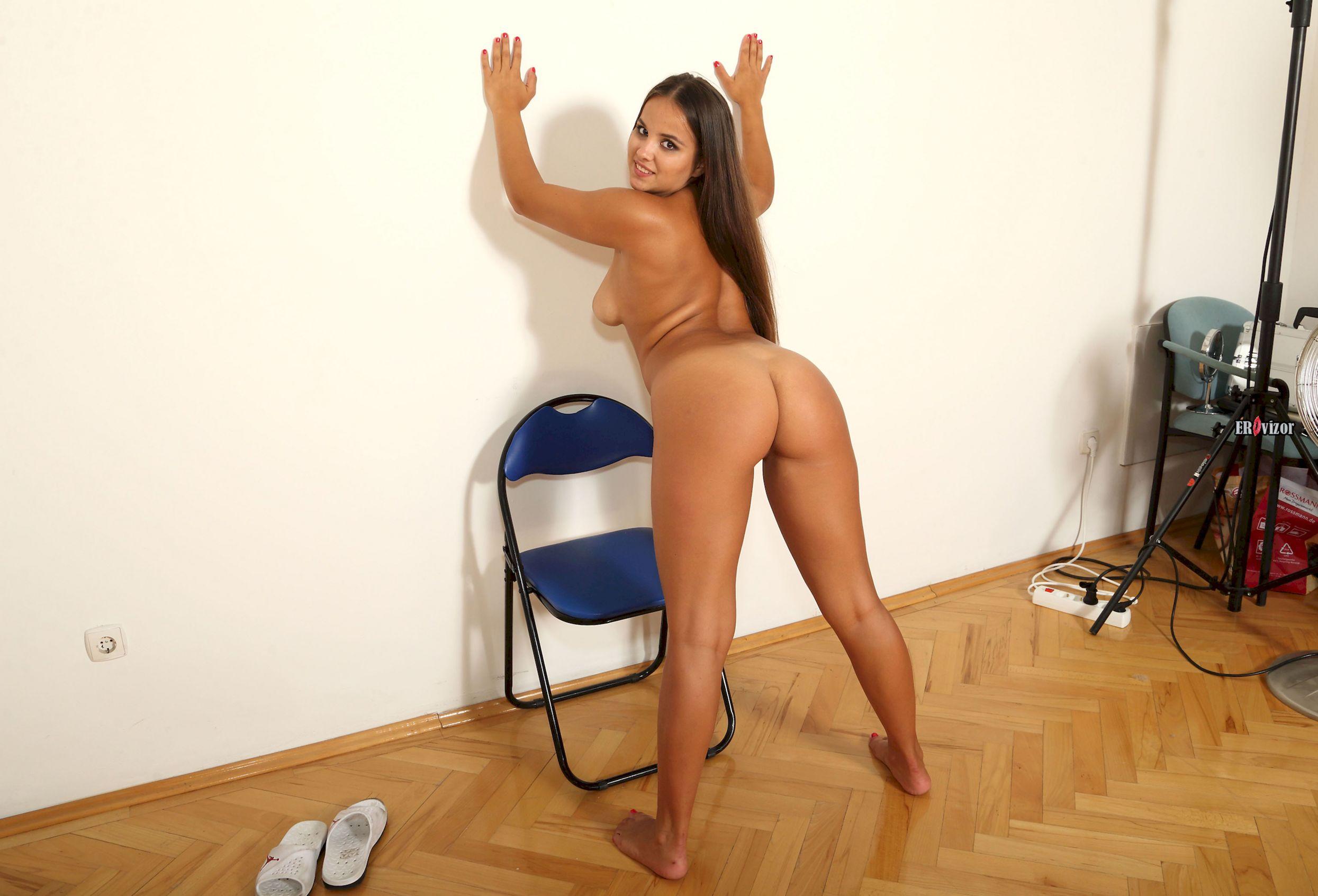 голая девушка с большой сочной попой на кастинге