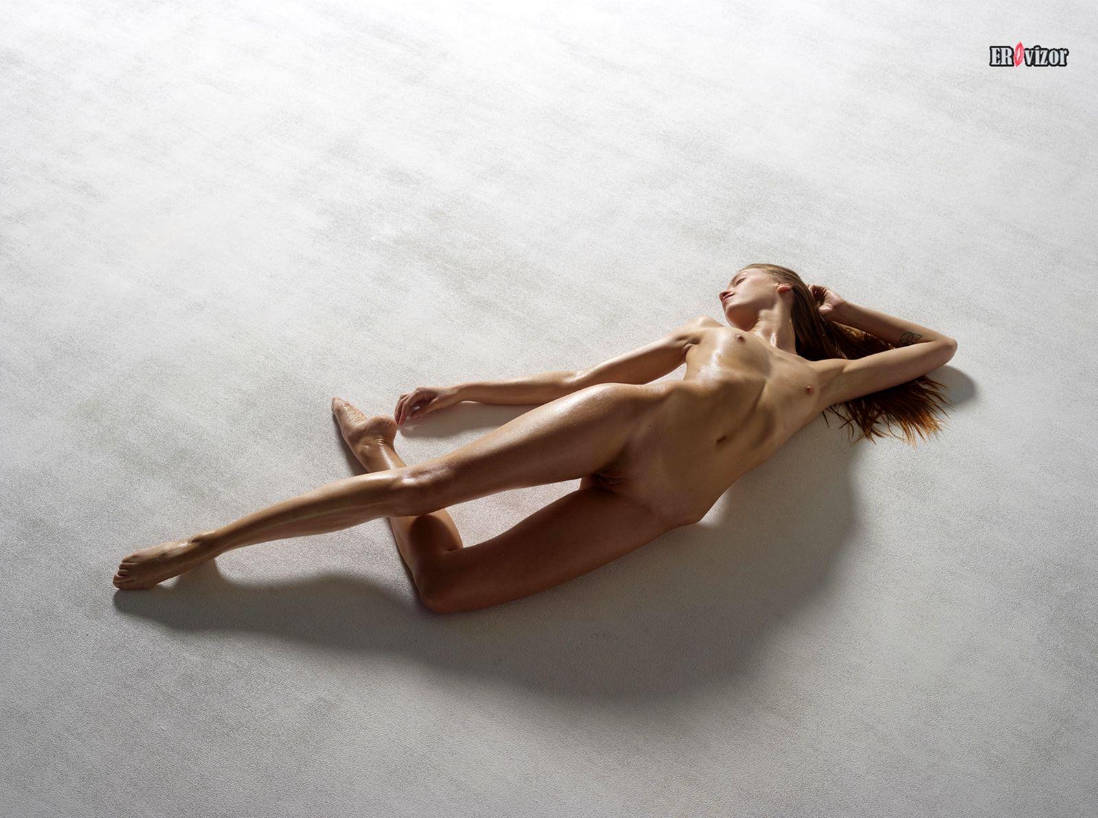 голая красавица на полу
