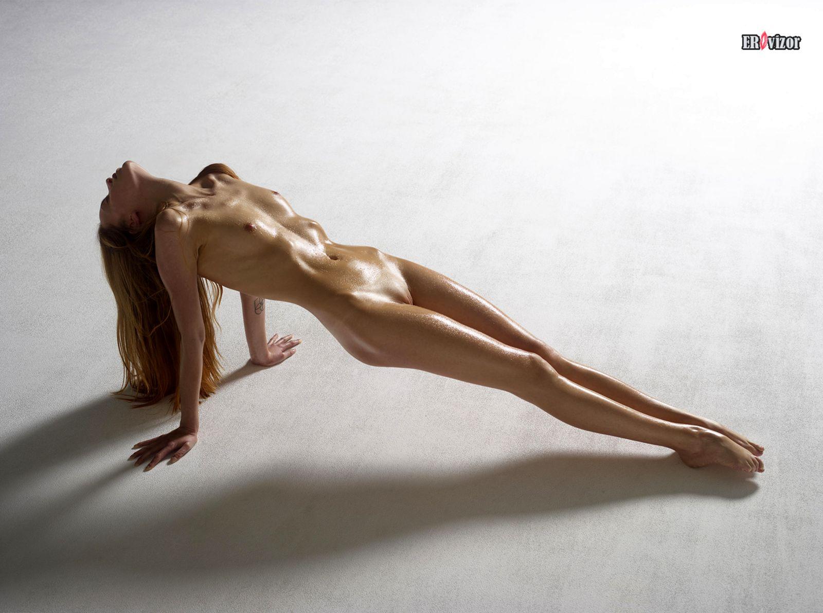 эротика стройной голой девушки на полу