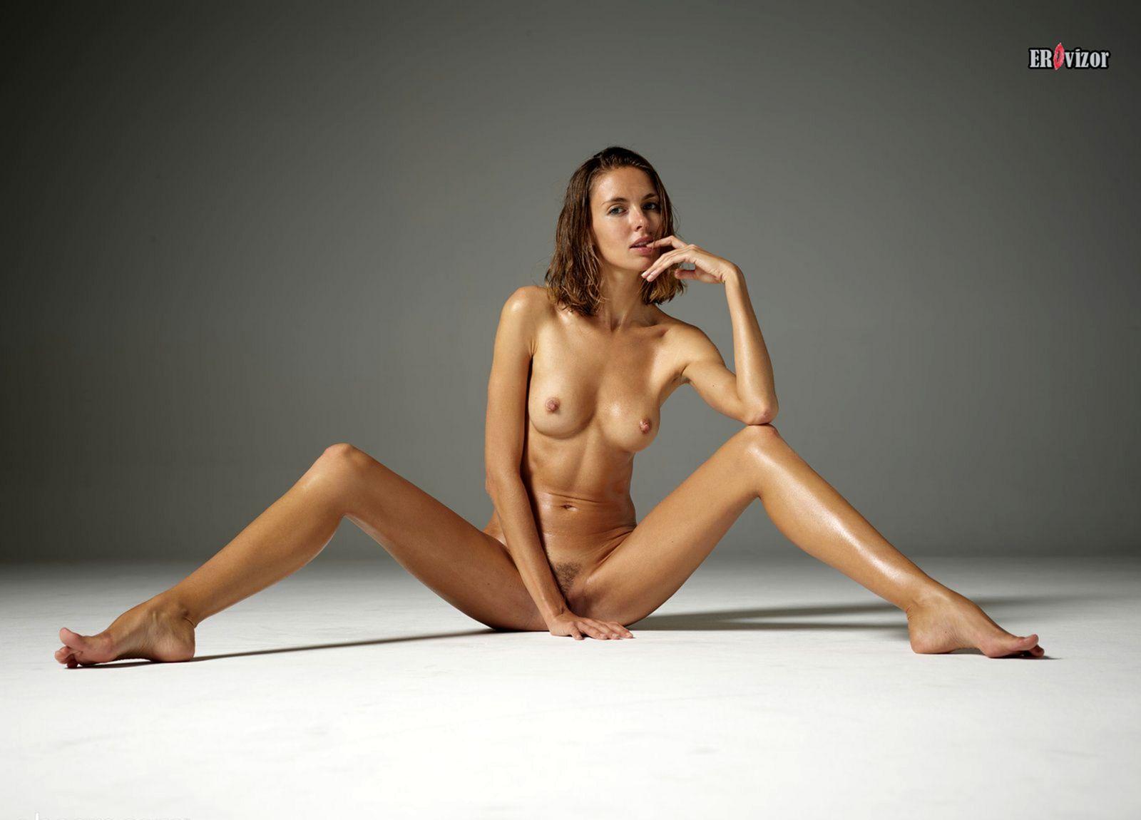 длинноногая голенькая модель в студии