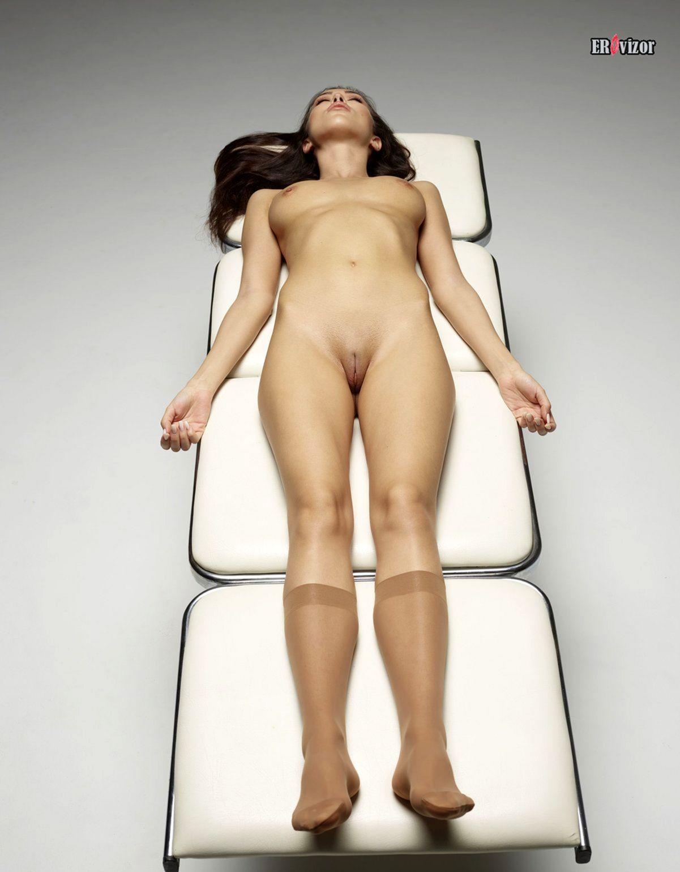 сексуальная голая девушка лежа на кушетке