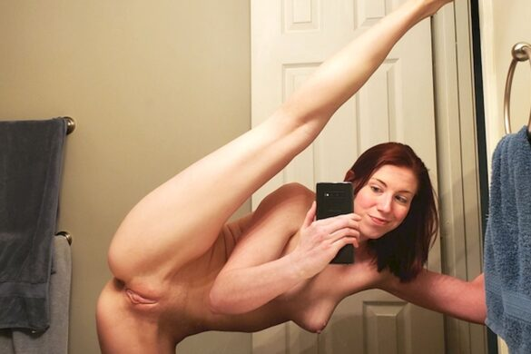 Голое селфи бывшей гимнастки в ванной