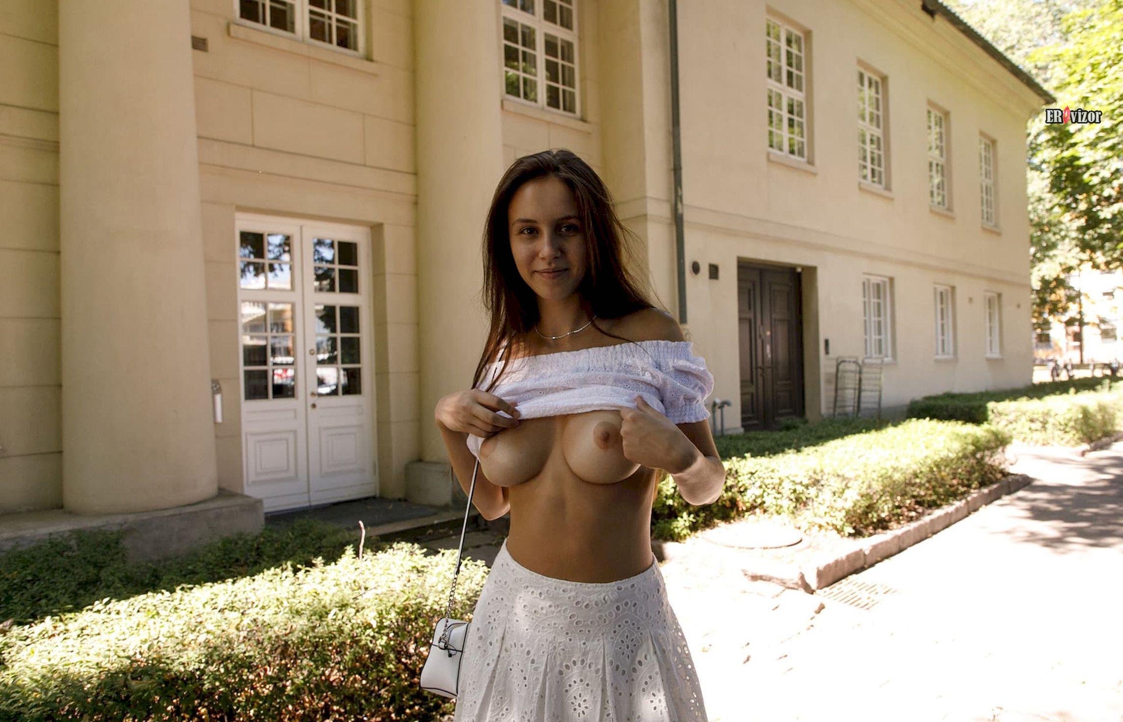 Jessica Albanka показала грудь