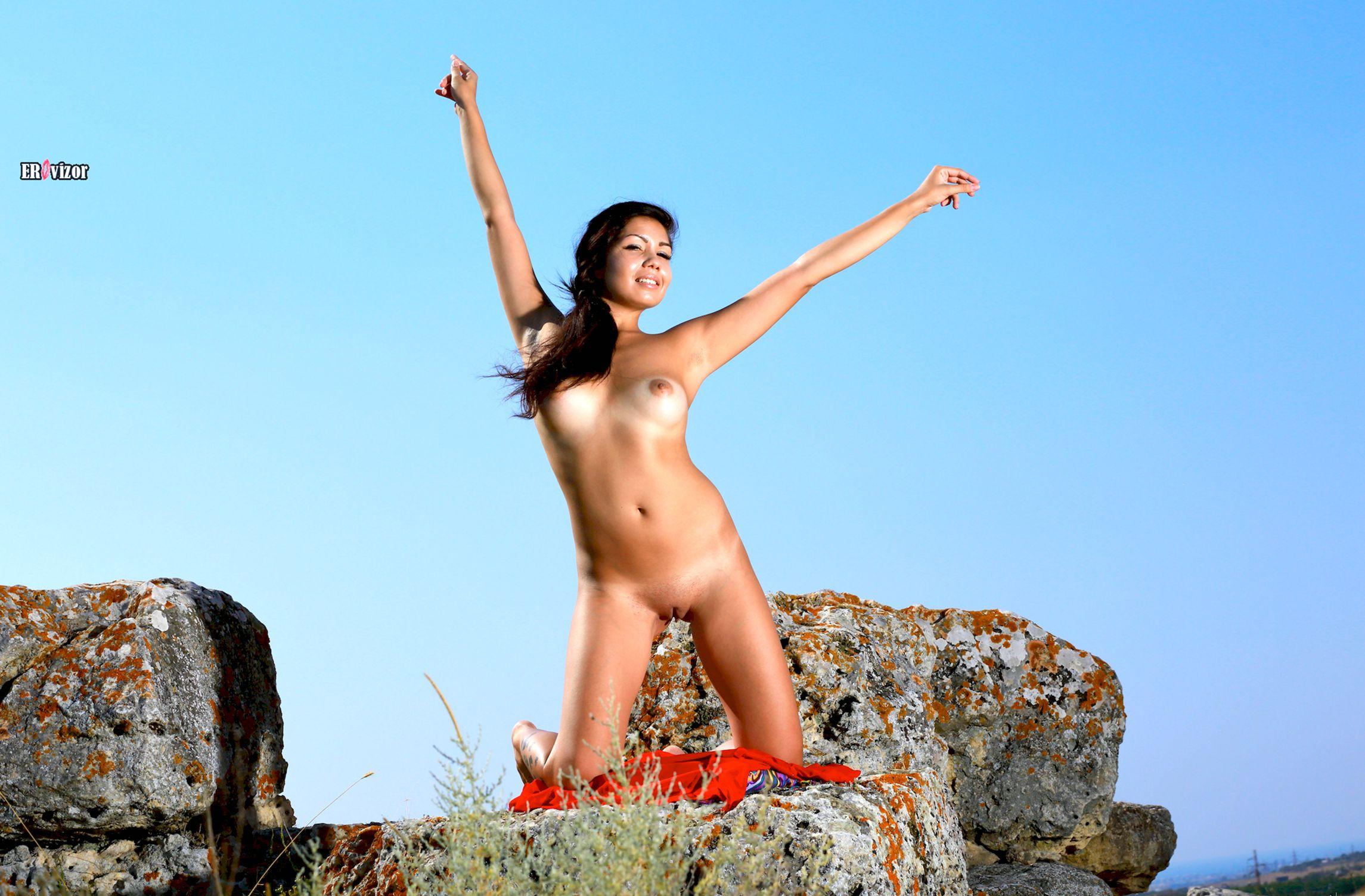 Romana-A-naked_sun_day (4)