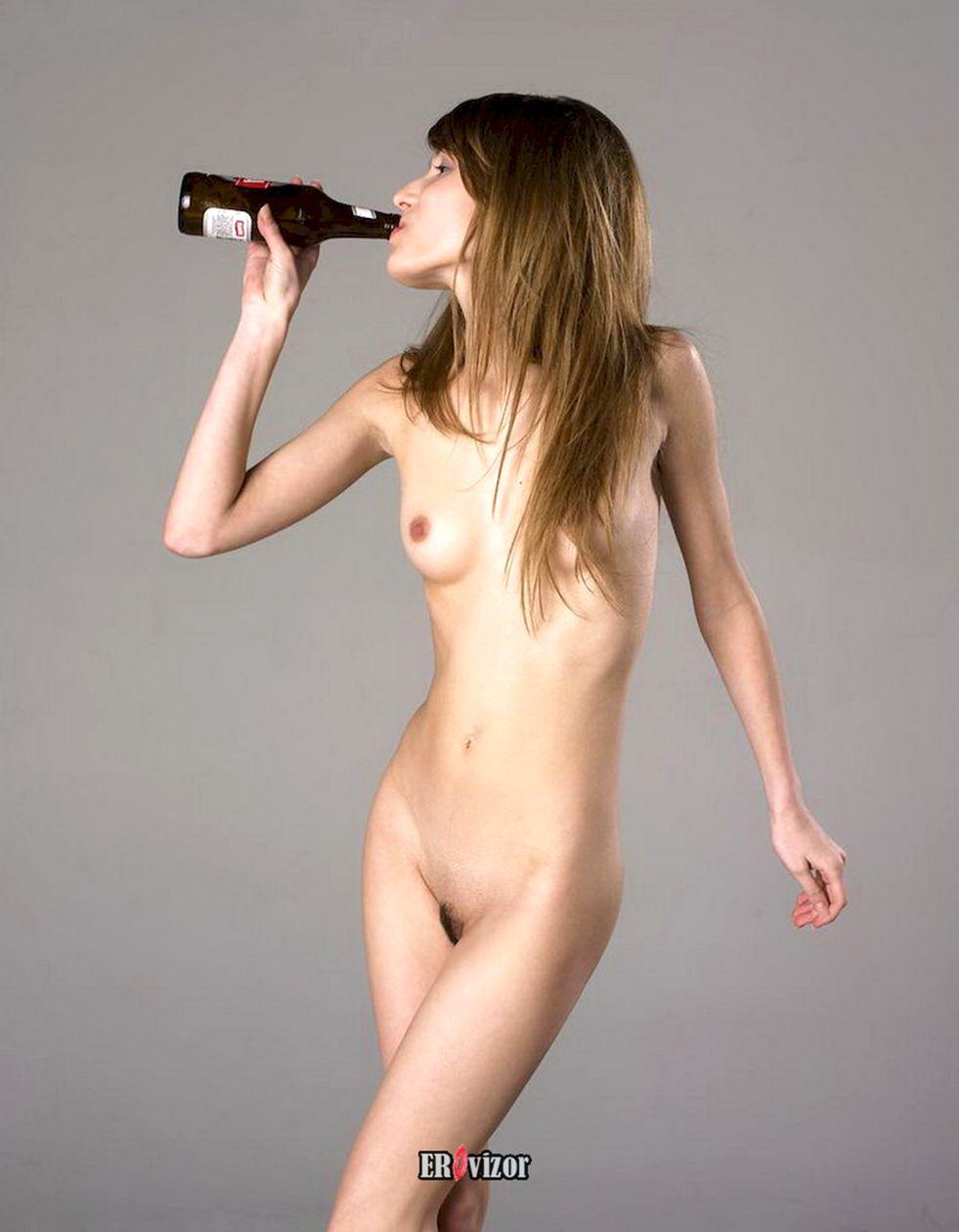 девушка голая пьет пиво