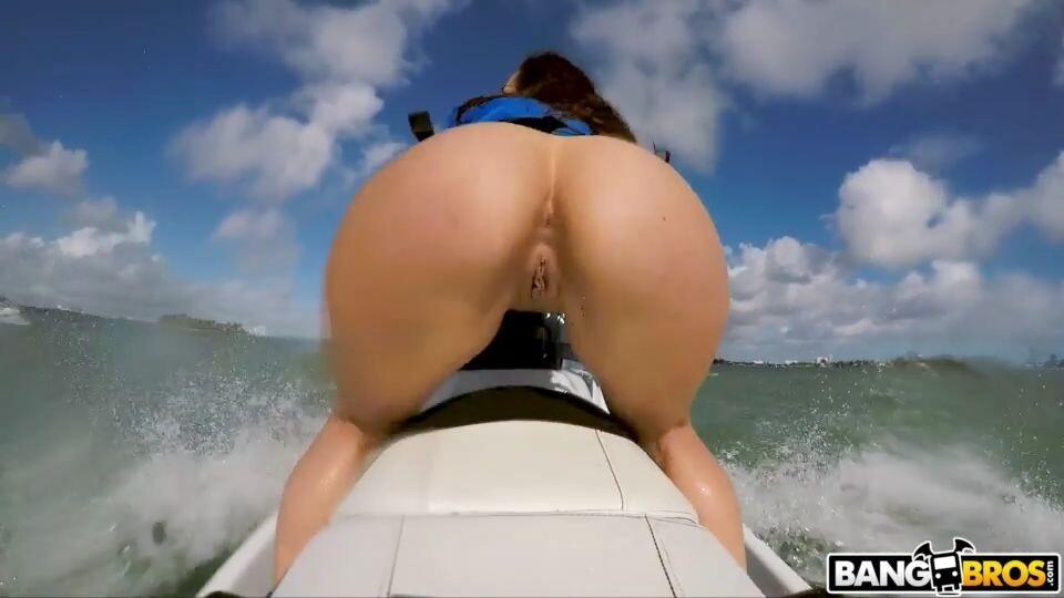большая голая попа девушки на скутере