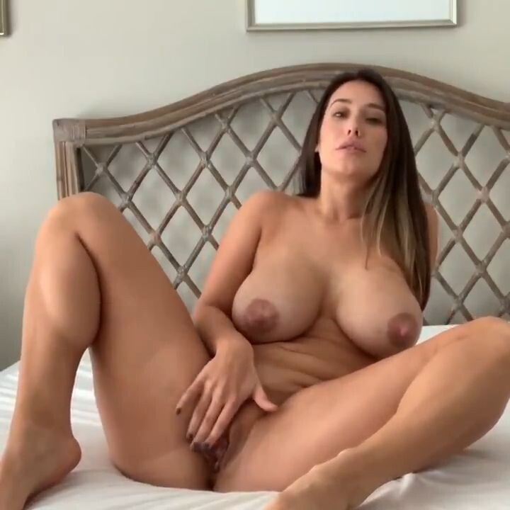 грудастая девушка мастурбирует большое влагалище