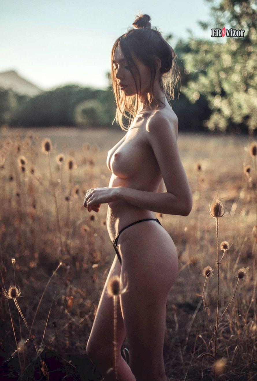 Обнаженная красавица в поле