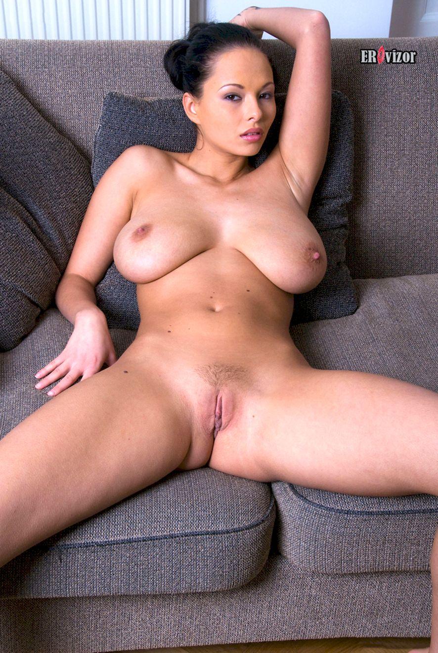 Раздвинула ножки и показала гладку письку девушка с большой грудью