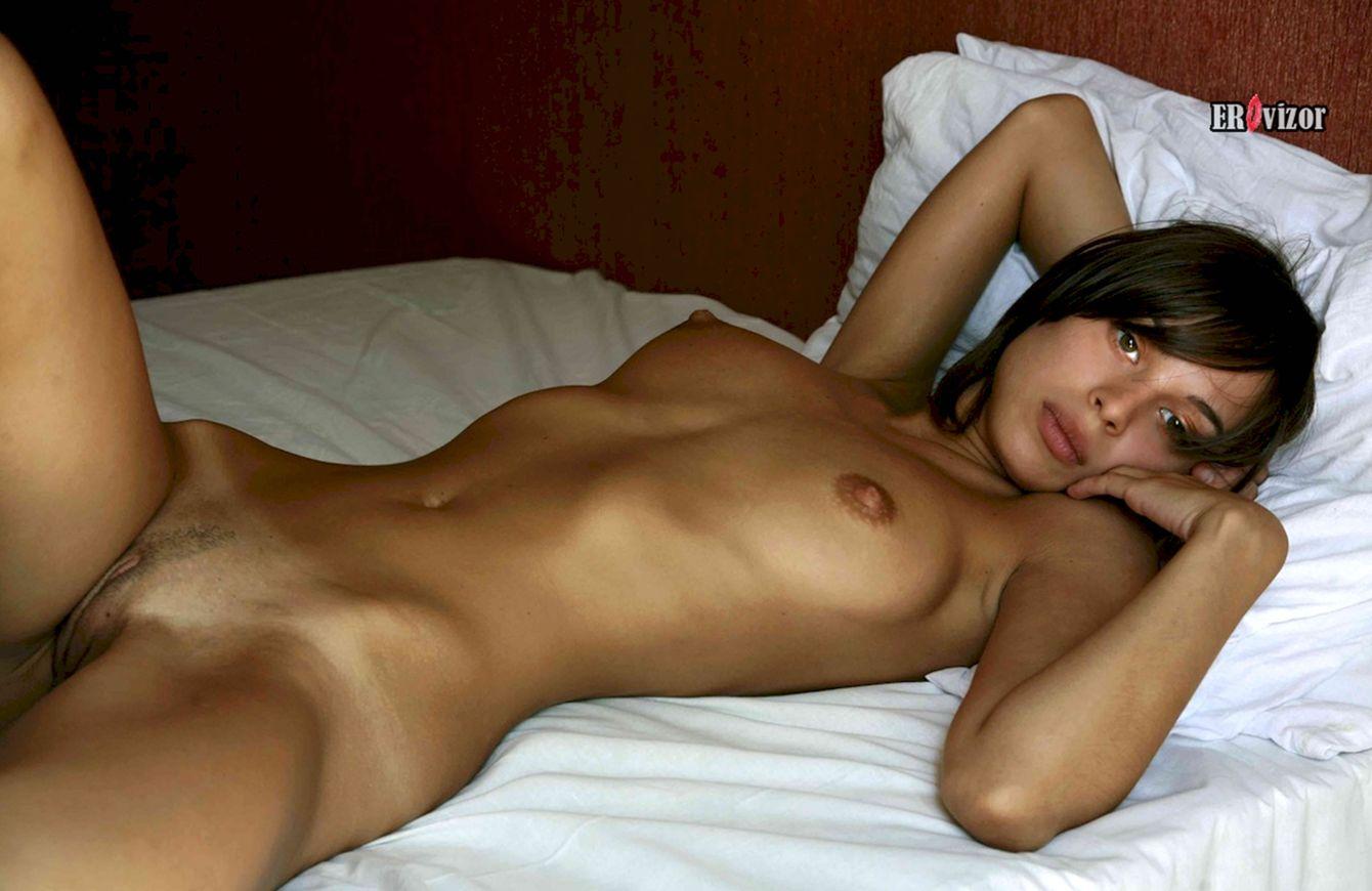 Сексуальная женщина в постели