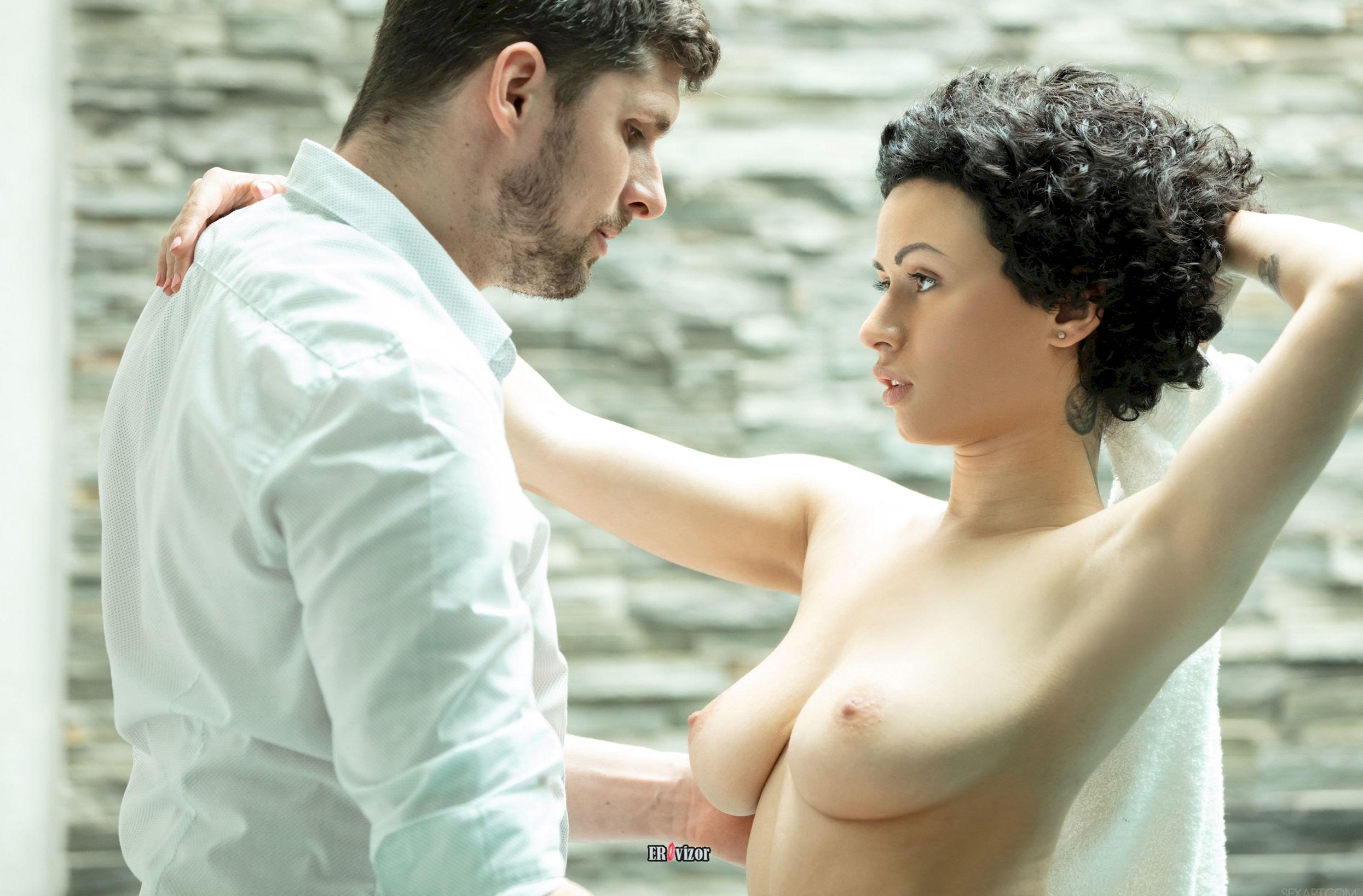 мужчина и девушка с оголенной грудью