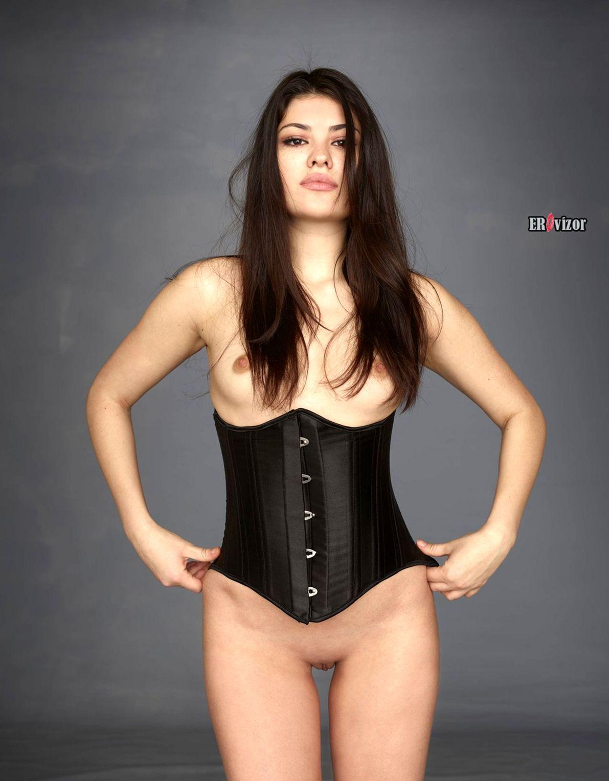 красивая девушка голая в корсете