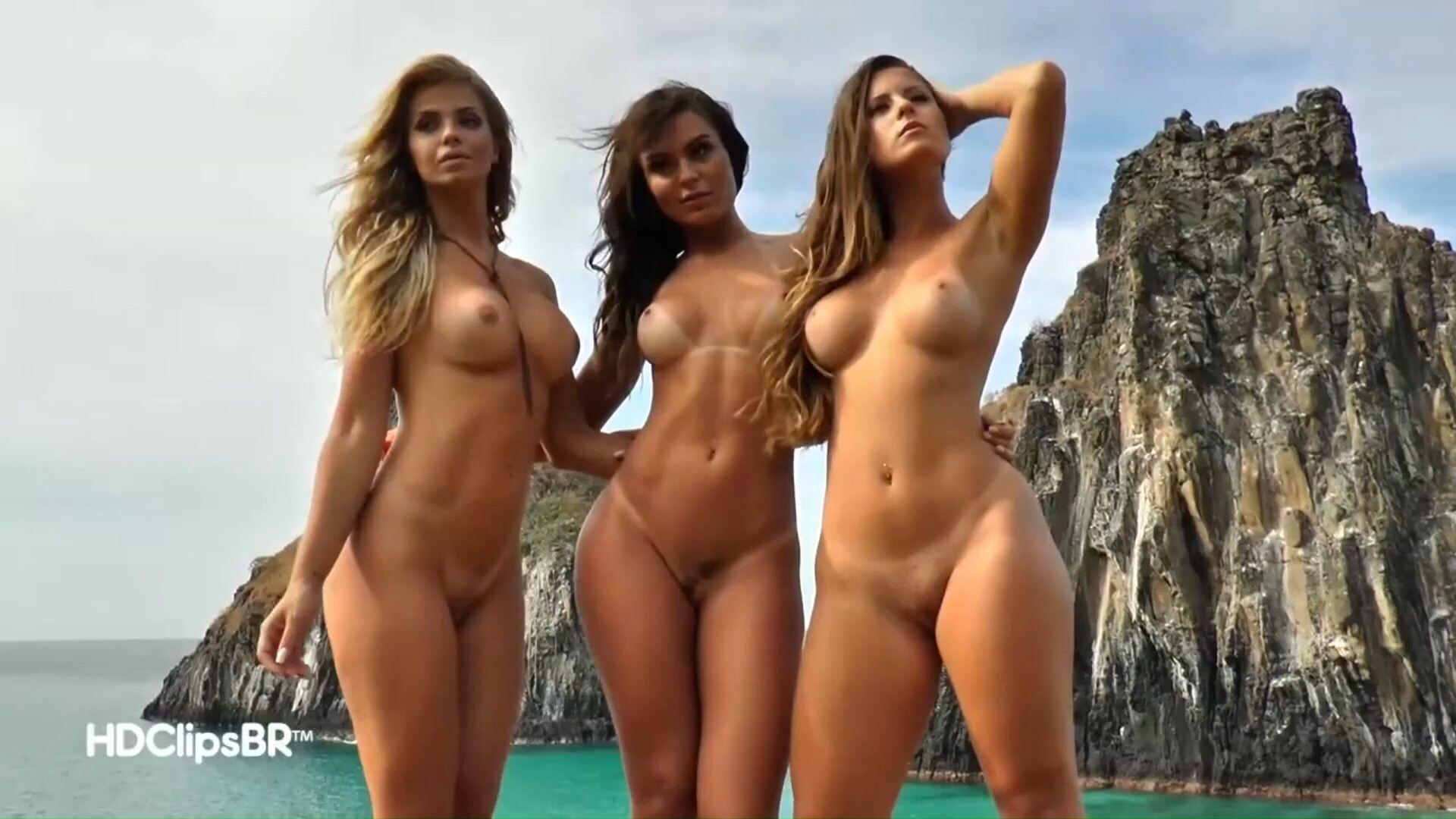 три голые девушки на фоне моря