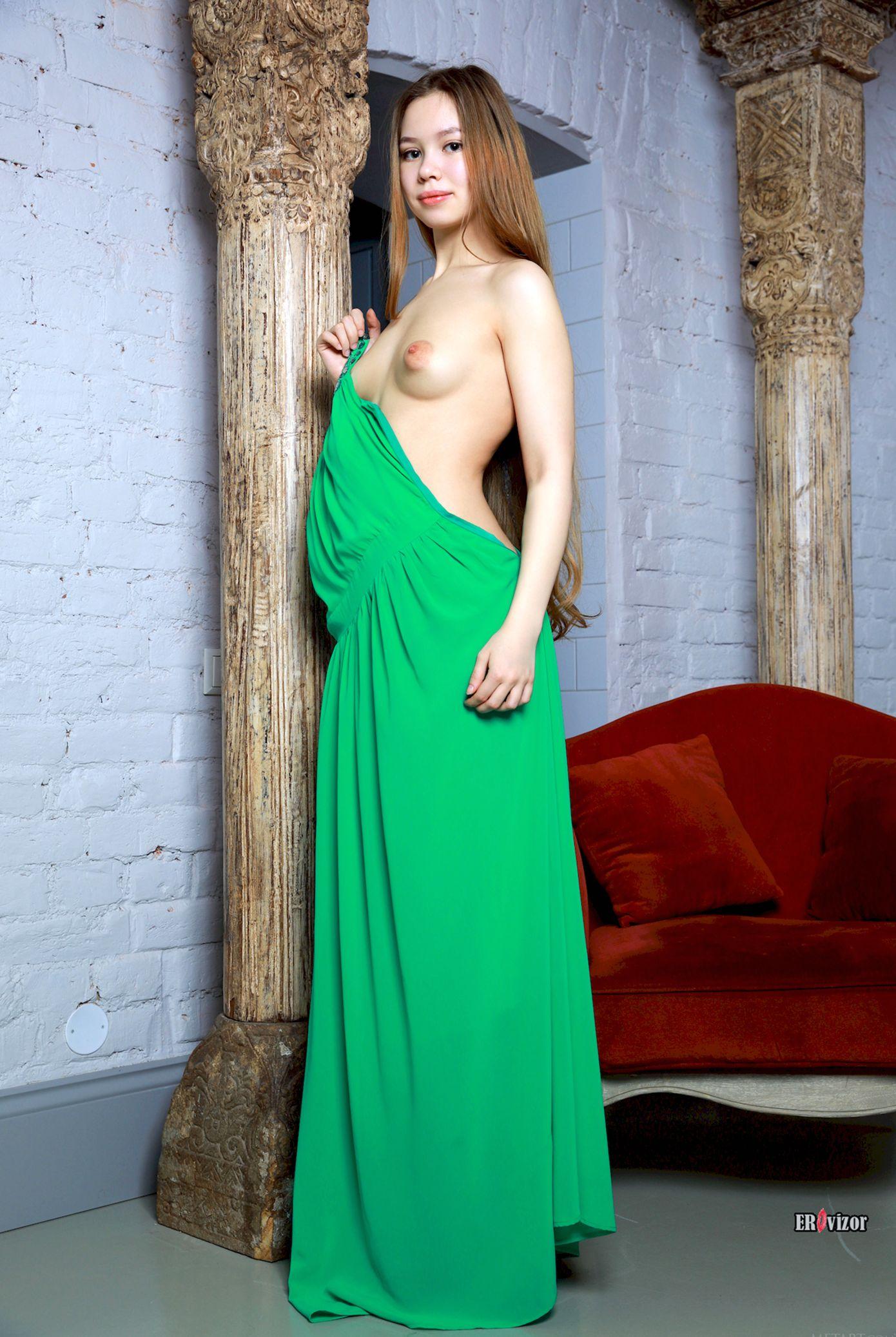 y. модель в зеленом длинном платье