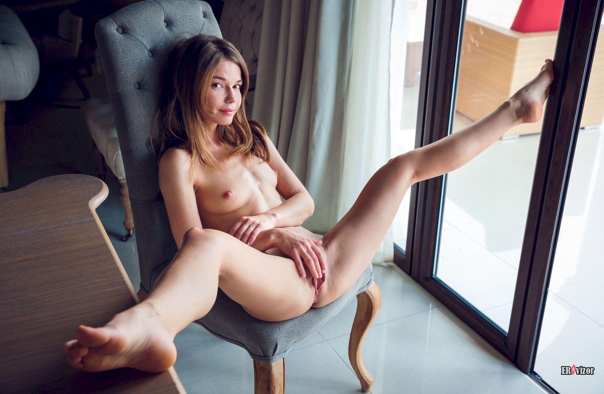 голая Jacqueline раздвинула ноги