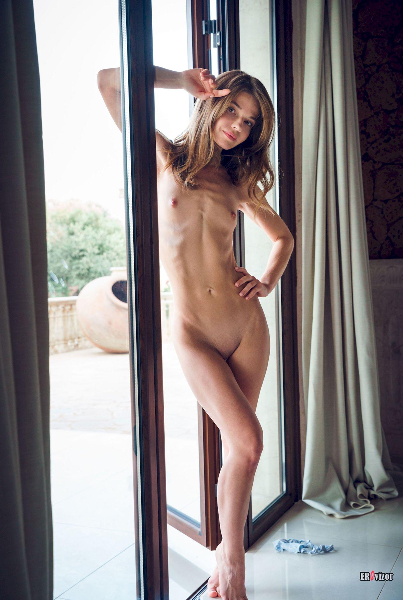 голенькая девушка с маленькой грудью