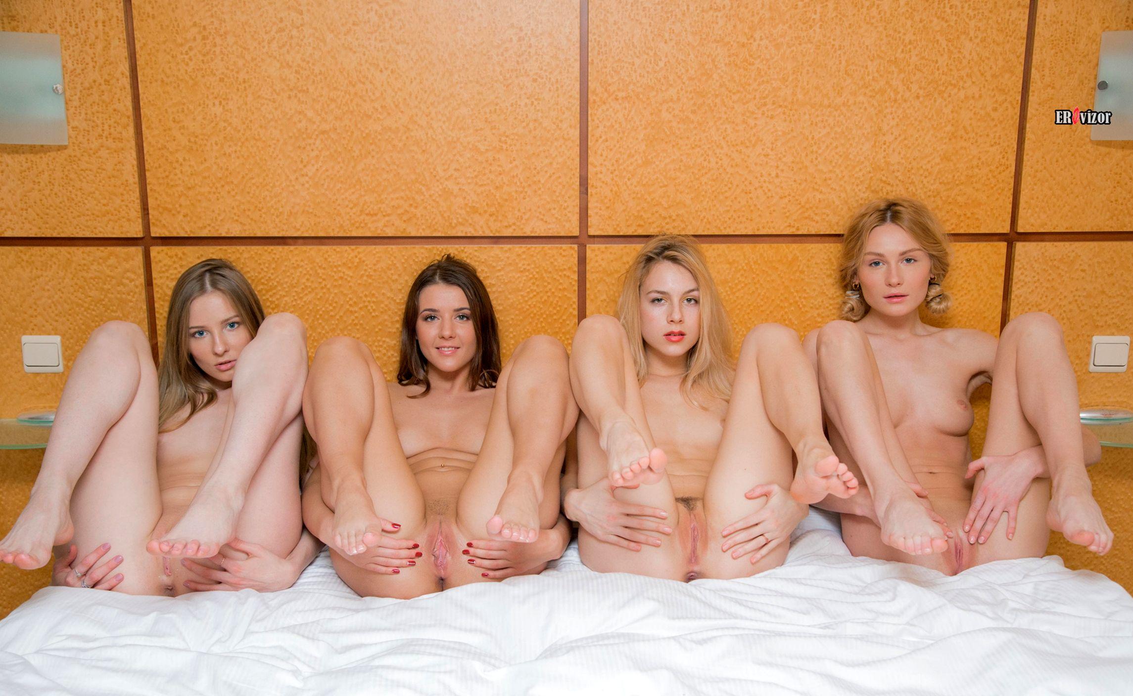 группа голых девушек раздвигает ножки