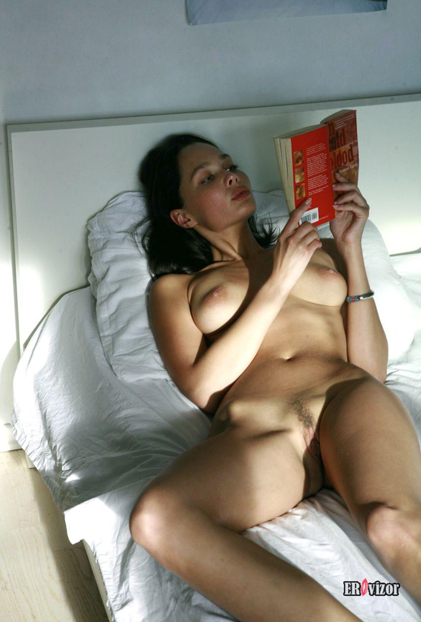 красивая обнаженная девушка читает книгу