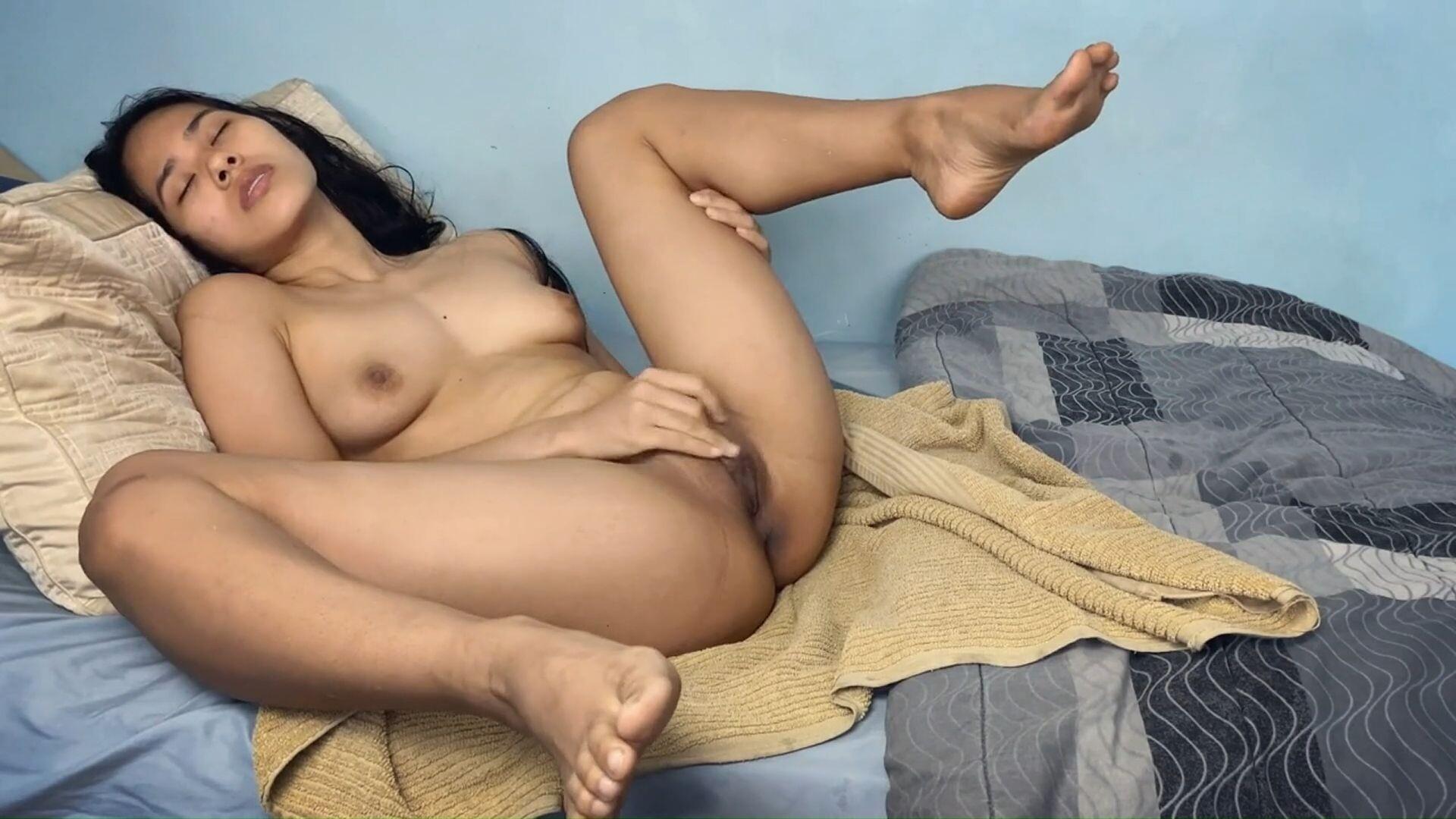 азиатка мастурбирует