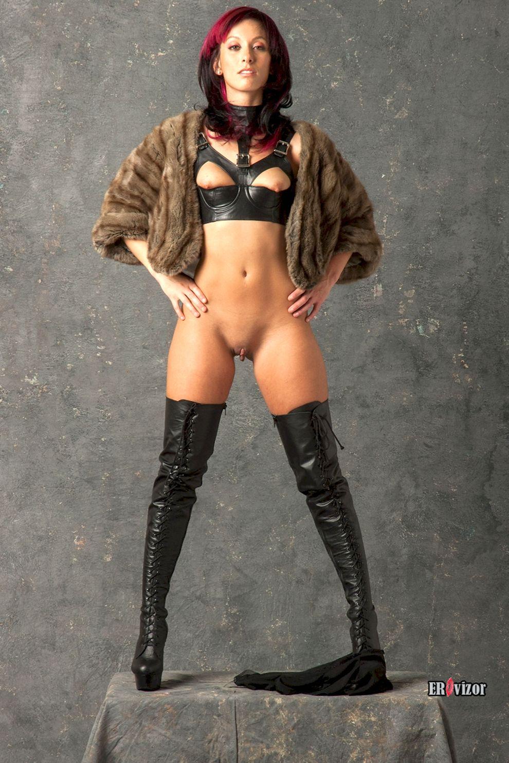сексуальное тело женщины без трусов в меховой накидке