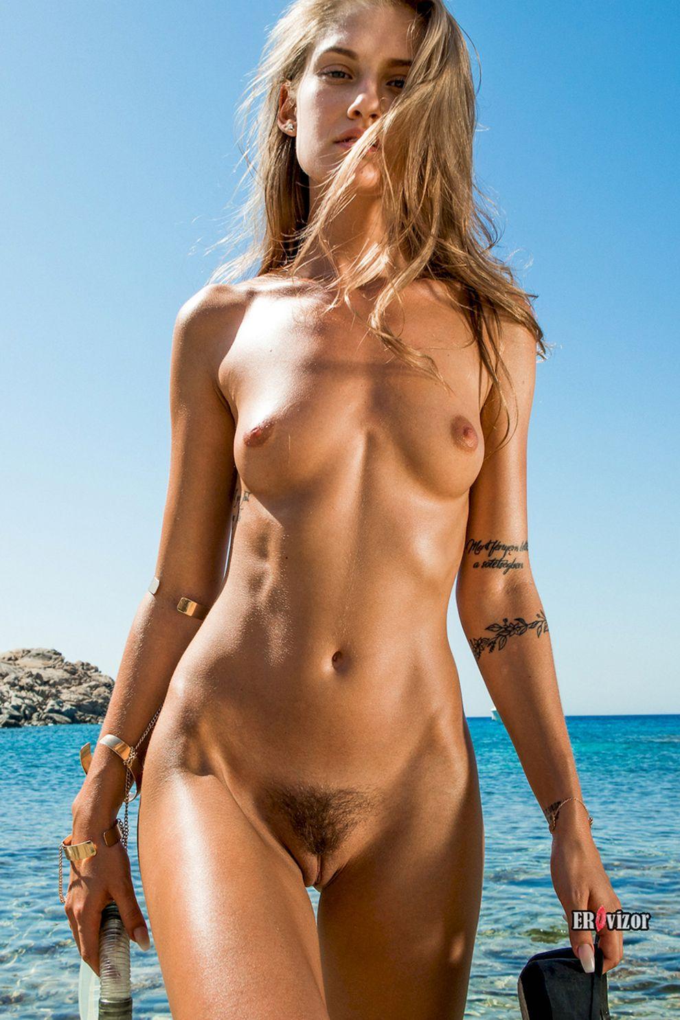 ню фото обнаженной на пляже